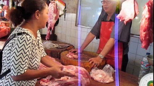 Bagaimana Mempersiapkan Daging Babi Mentah Bisa diiris tipis